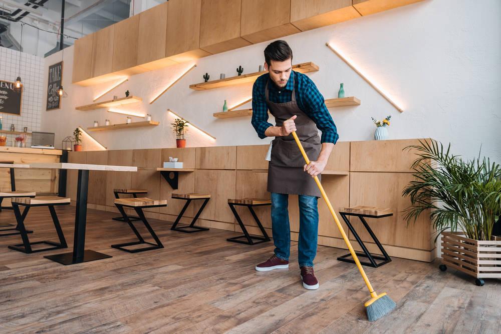Escobas y cepillos que necesitarás para realizar una limpieza industrial a fondo